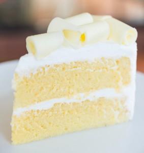 Gâteau au chocolat blanc avec nappage chocolat ivoire